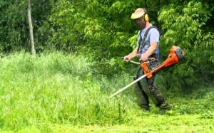 Стрижка травы тримером